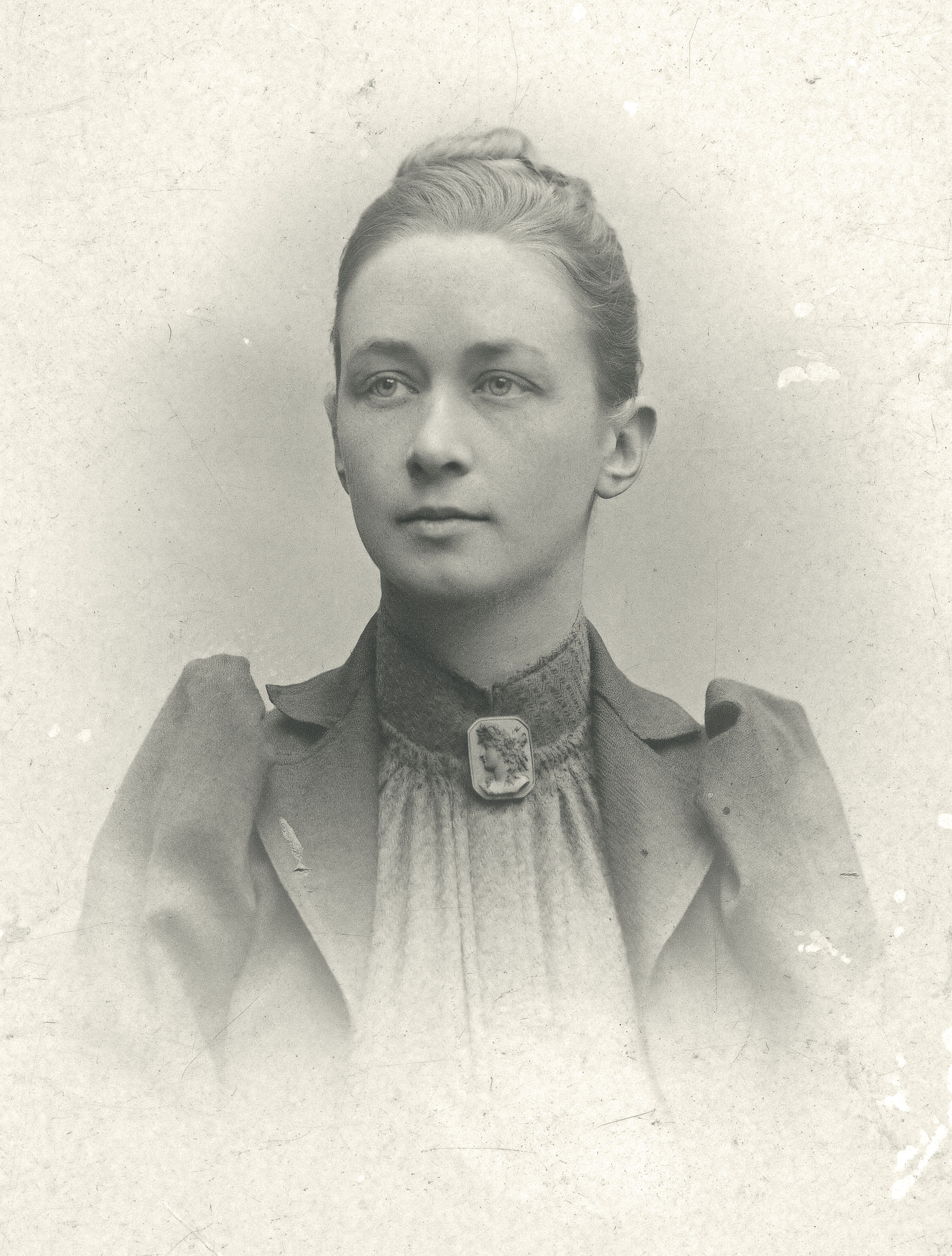 Hilma_af_Klint,_portrait_photograph_published_in_1901